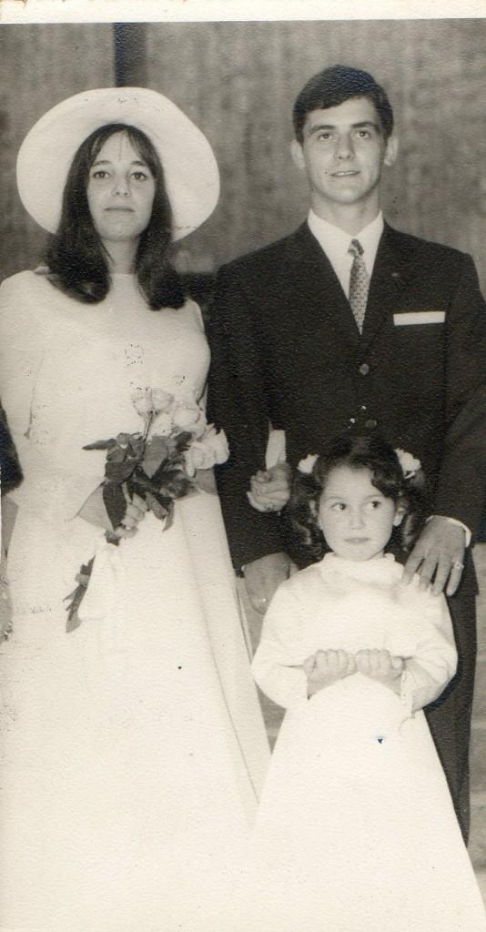 Chichi Pérez y Mero Barral el día de su boda. Porta las arras su sobrina María Barral