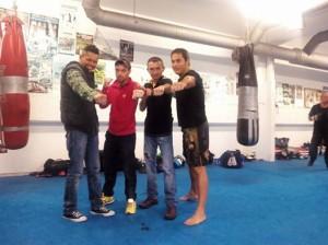 La experiencia y la potencia jugarán a favor de Yanchy, en la foto con su entrenador Chano Planas y los esparrings.