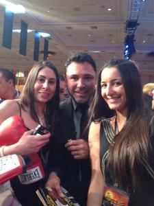 Oscar de la Hoya flanqueado por Marta y Carol