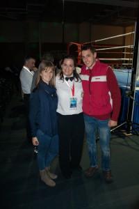 La juez-árbitro posando con dos asistentes a una velada de boxeo. foto Fran Parreño
