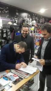 Ramón Miras firma el contrato ante la complaciente mirada de Dieguez. foto TopBoxing