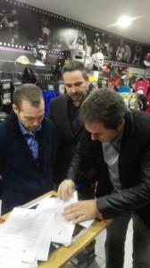 El manager y promotor Luciano Planas rubrica el acuerdo.