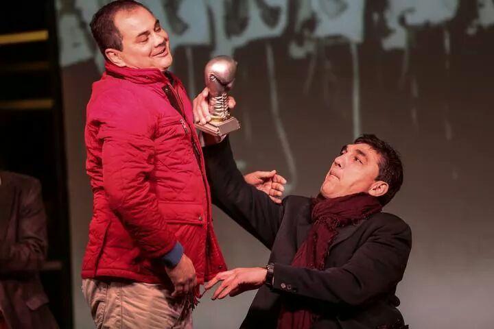 Simón González bromea con el presidente de la FGB, que le entregó un trofeo conmemorativo del acto.