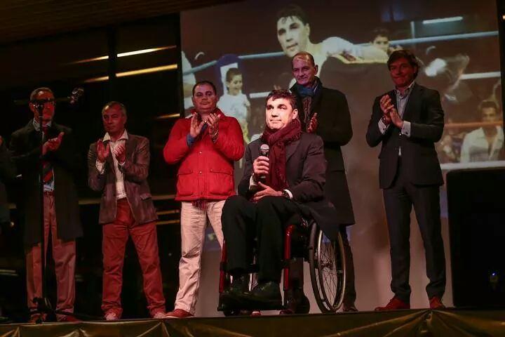 Familiares,autoridades y representantes de los deportes de contacto arroparon a Simón en la solidaria gala.