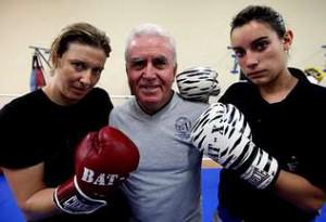 El decano Paco Amoedo entre dos pioneras del boxeo femenino gallego: Judit Barbosa (d) y Montse Pérez (i)´ foto Poilideportivo Saudade.