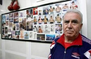 Francisco Amoedo Martinez, fundador del club polideportivo Saudade y creador del trofeo con el nombre del Club, ante una imagen recopilatoria de los campeones que se forjaron bajo su dirección.