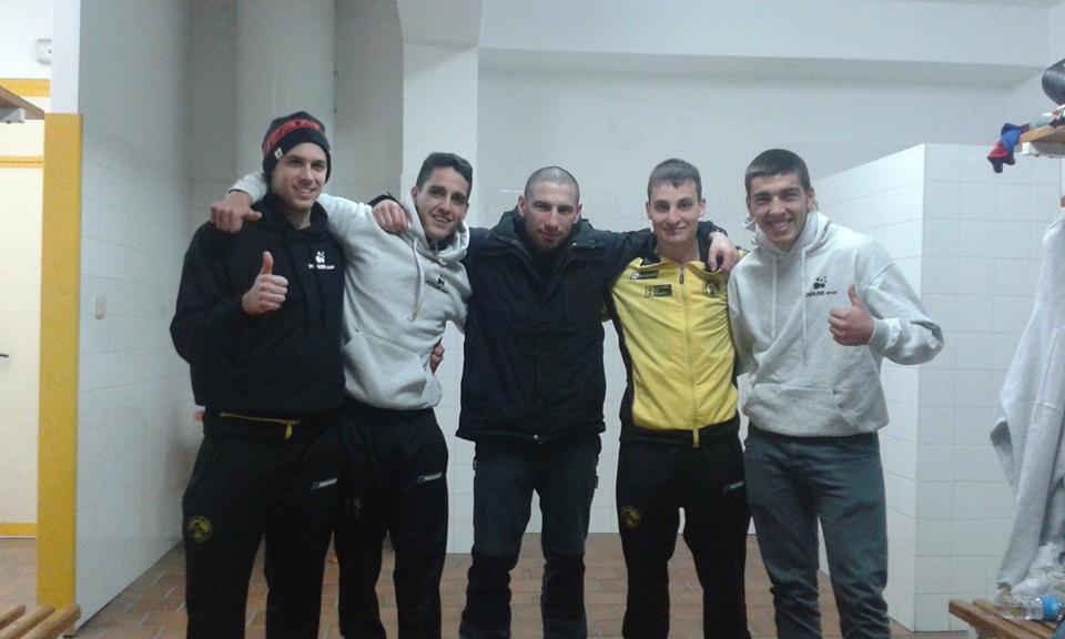 Israel Benitez, en el centro, acompañado de algunos de sus discípulos. foto El E. B. El Canario.