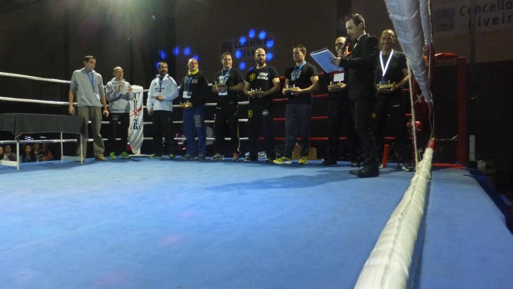 Los entrenadores homenajeados por La Escuela de Boxeo e¡El Canario con sus galardones.