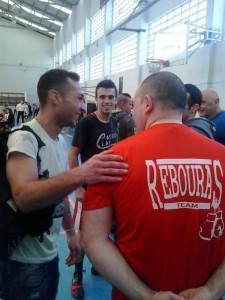 La nobleza y deportividad de Saul Gacio queda reflejada en esta imagen departiendo amigablemente con su rival después del combate.  boxeodemedianoche.com