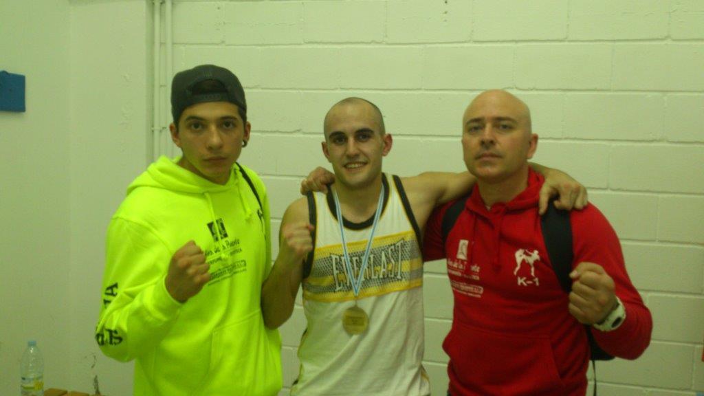 El Flamante Campeón Gallego Pablo Nuñez con su medalla de Oro, Flanqueado por su mastro Juan J Pardo y su compañero de club Camilo Arias.