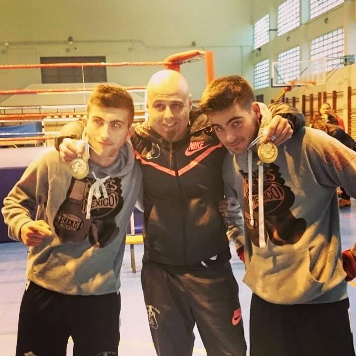 CARLOS GARCIA CAL, izquierda con su entrenador y su compañero de gimnasio MATEO ESPANTOSO.
