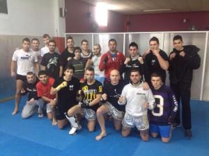 Juan J Barco rodeado de sus alumnos del Club de Boxeo Valdeorras.