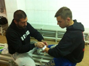 Iago Barros en el ritual de vendaje a su pupilo Fonsi Quintas.