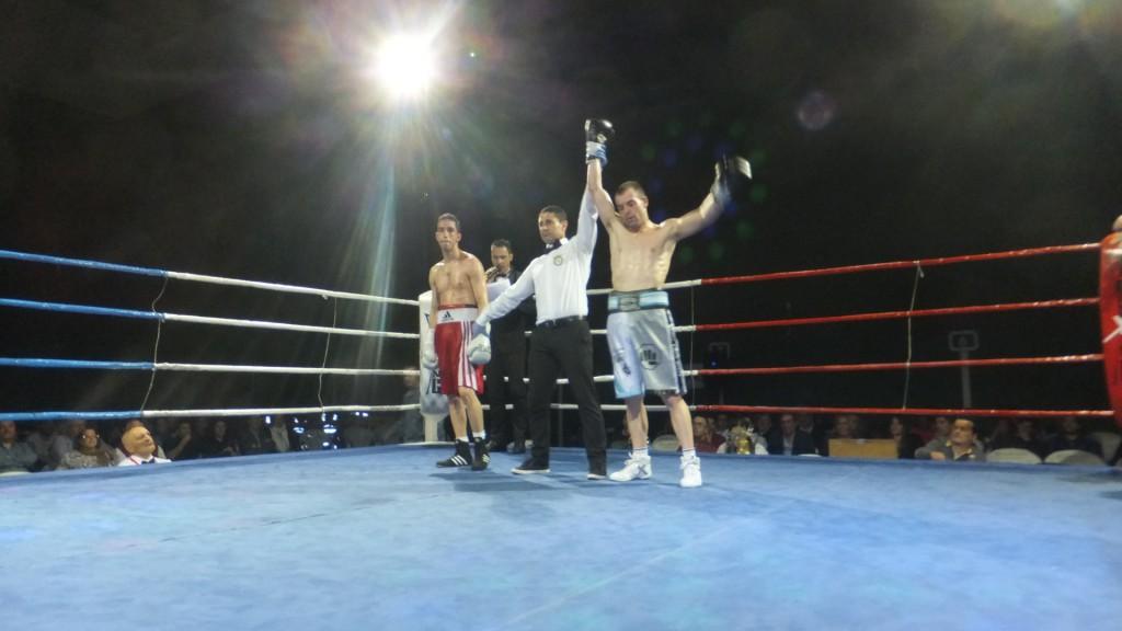 Al corajudo MONCHO MIRAS, le izaron el brazo como vencedor en los7 combates que lleva disputados.