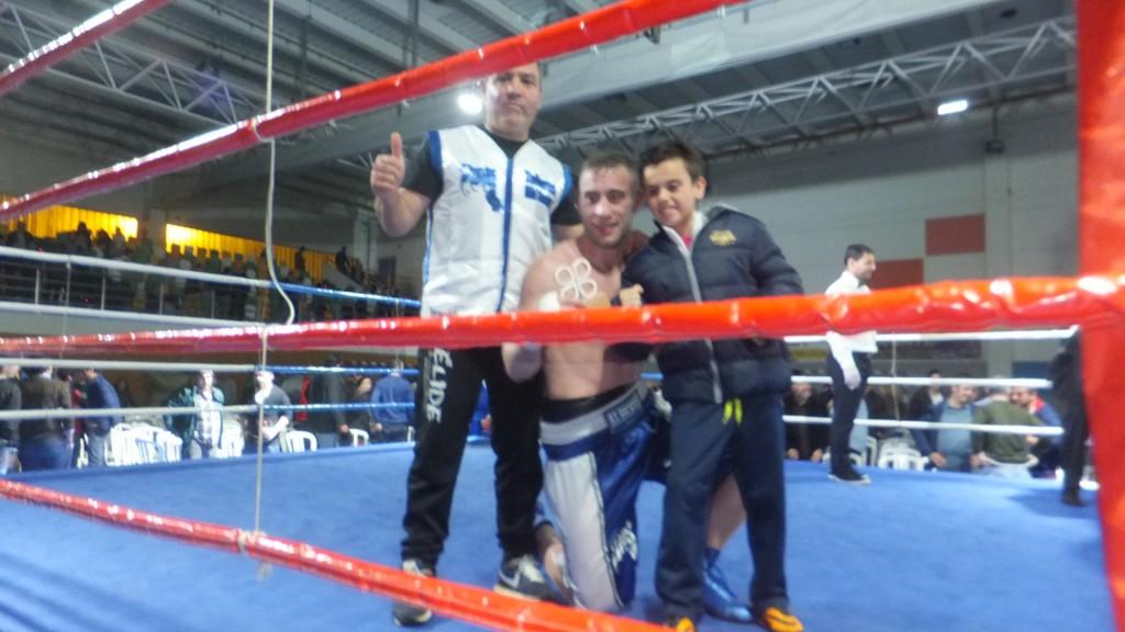 """ALBERTO """" PIÑA """"PIÑEIRO con su entreador MIKI SÁNCHEZ y un joven admirador, forma parte de los GOLDEN BOYS del boxeo patrio. f bm"""