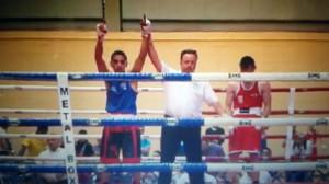 """El árbitro levanta el brazo de Pablo """" El Cirujano """" Gonzalez. foto cortesía de TopBoxing"""