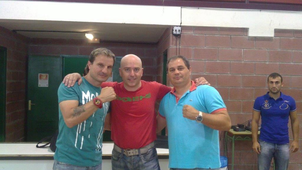 Juan Pardo Bravo flanqueado por los excampeones mundiales de boxeo y kickboxing Javier Castillejo y Manolo Planas.
