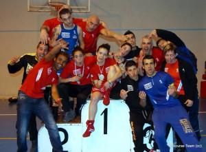 ROCÍO SUÁREZ ( en el centro mostrando la medalla de Oro en los Campeonatos Gallegos )   rodeada de sus entrenadores y compañeros del club Rebouras Team. foto crtesía de Rebouras.