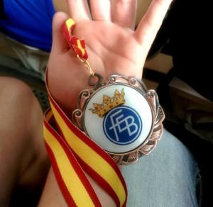 Rocío Suárez Gion muestra, en su mano, la medalla de Bronce conseguida en los Campeonatos de España 2015. foto Rocio Suarez.