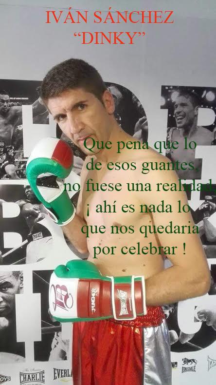 """Iván """"Dinky"""" Sánchez posando en TopBoxing con guantes de amateur."""