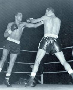Otra vez la izquierda de Velazquez en acción. La recibe Ken Buchanan.