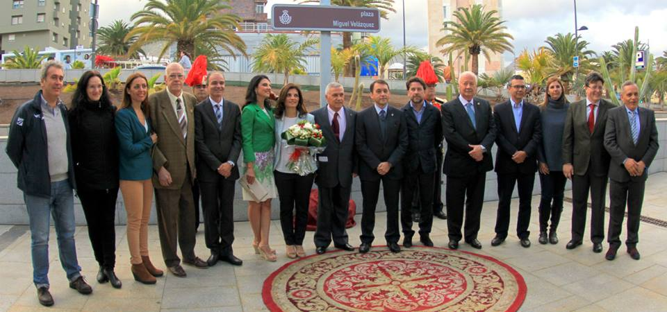 Velazquez fue homenajeado en su ciudad dandole su nombre a una plaza. En la imagen con sus hijos y las autoridades de Tenerife.