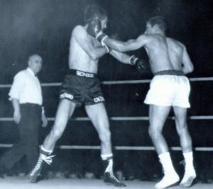 La izquierda de Velazquez impacta en el rostro de Carrasco. archivo Velazquez