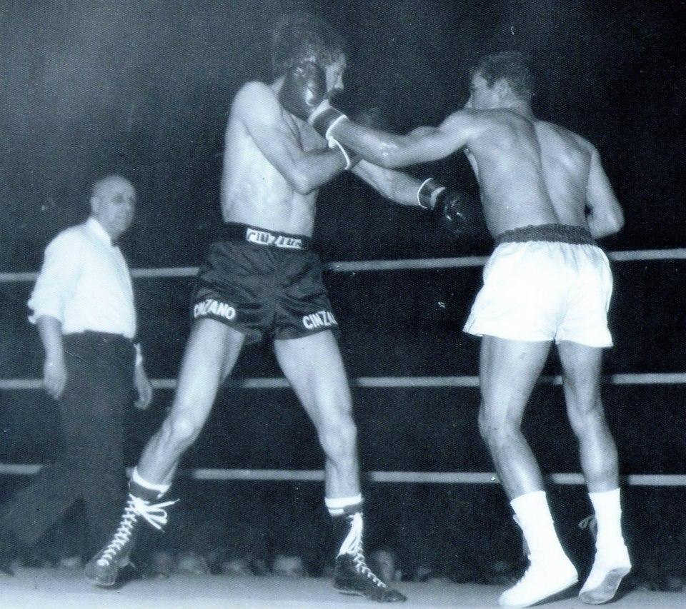 La izquierda de Velazquez impacta en el rostro de Carrasco. Al fondo el árbitro único del combate Fernado Perotti. foto archivo Miguel Velazquez.
