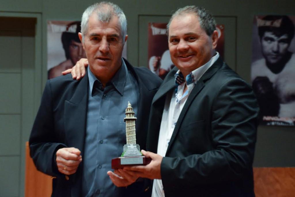 El presidente de la FGB Manuel Planas ( entregando una Torre de Hecules al campeón mundial José Duran ) supervisará la velada de Cerceda.