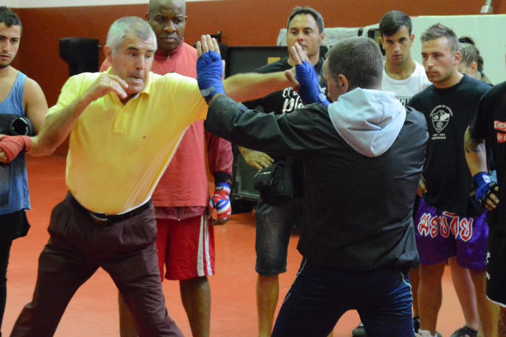 El gran Duran impartiendo magisterio. Jorge Cerdán del Kick Narón pone las manos. David La Perla y Eloy El Bengala ( entre otros ) observan con atención.