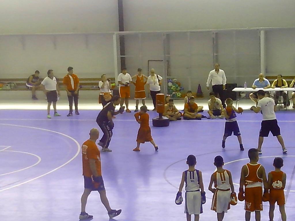 Xacobe del Ludus Box dirigido en su ronda de manoplas por Chano Planas.