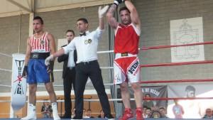 El árbitro señor Suarez levanta el brazo de Diego Couceiro en el gran combate con Brian Araníbar