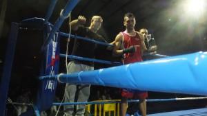 Suso Penelas con su ayudante De la Iglesia y su pupilo Suarez. foto boxeodemedianoche