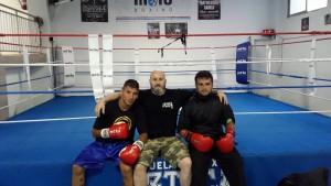 Borja Martinez (izda) con su mentor Luis Suarez y un compañero del Azteca Box. foto muro Azteca.