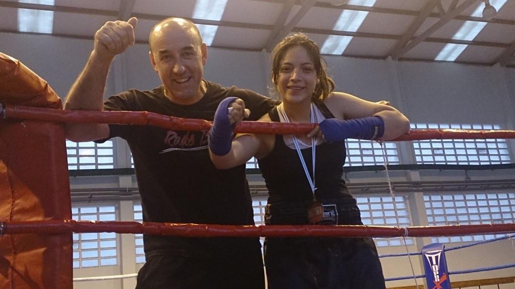 MARCELA BOHORQUEZ HERNÁNDEZ celebra la consecución de la medalla 2015 con su entrenador SUSO PENELA.