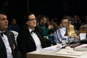Eva Sánchez en la mesa de ring, a su derecha el árbitro internacional Lázaro Carrasco.