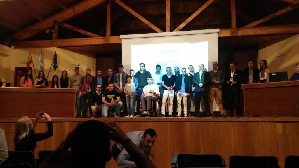 Fotografía de todos los premiados en le salón de actos del Auditorio munipal de Padrón.