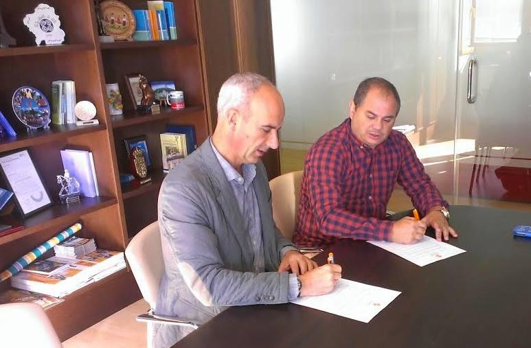Momento de la firma entre el alcalde de Curtis y el presidente de lla FGB.