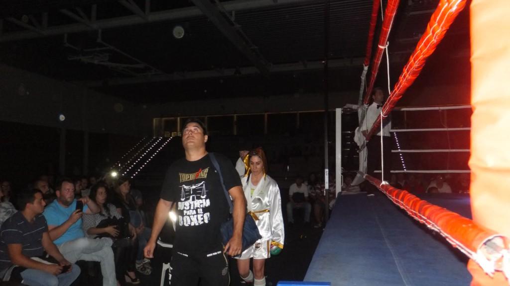 La mirada de Chano Planas intuye el lugar al que debe subir su boxeadora Marta Brañas. f bm