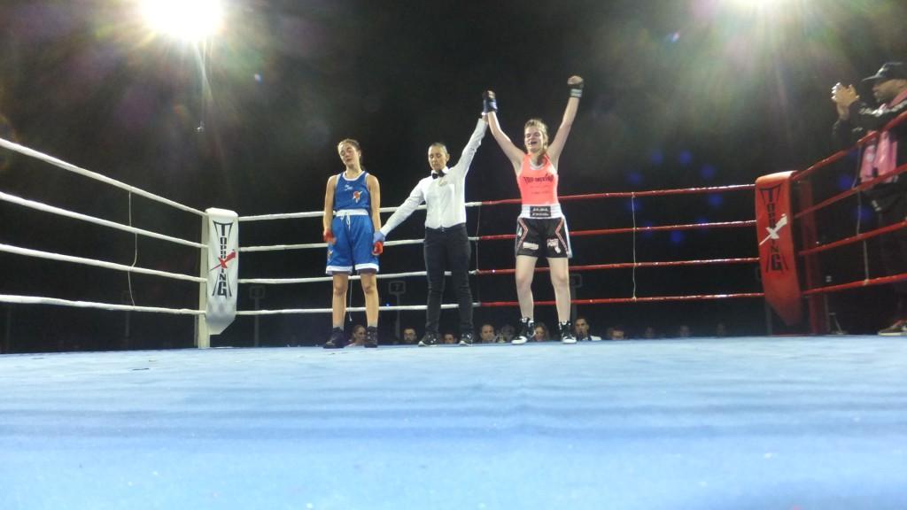 Sonia Fernández levanta el brazo de Alba Fagil ante Alba Pedrosa