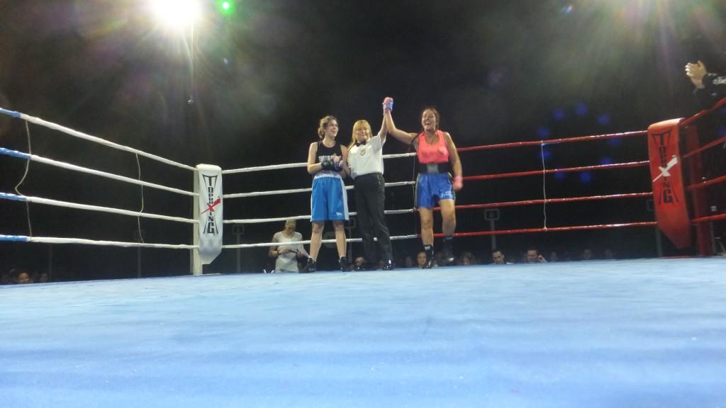 Alicia López iza el brazo de Montse Rey en señal de triunfo ante Yaiza Souto