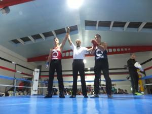 El árbitro Kiko Castro levanta el brazo del vencedor ´ fbm