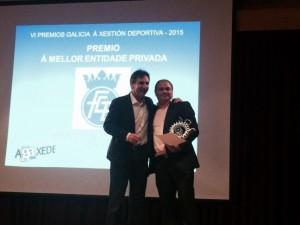 Manuel Planas Oetro recibió el galardón otorgado a la Federación Gallega de Boxeo. A su lado Isidoro Hornillos. foto cortesía de la FGB.