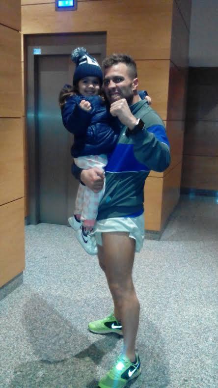 Markinhos con su pequerrechiña Cayetana en ortodoxa guardia boxística.