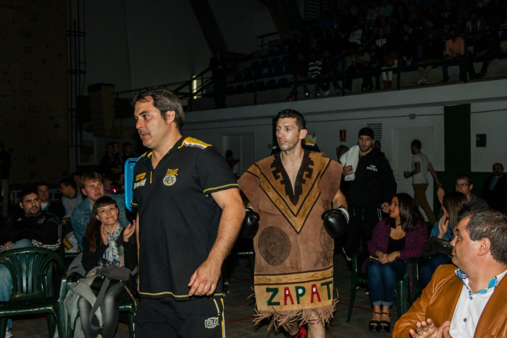 """"""" Boom Boom """" Zapata en su clásica salida al ring. foto Juan del Rio"""