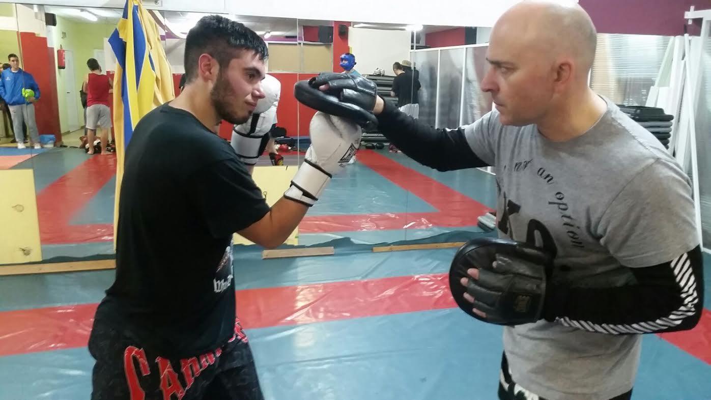 J.J. Pardo alecciona a su pupilo Alvaro Olmos que debutará en boxeo en la IV Velada Concello Do Barco