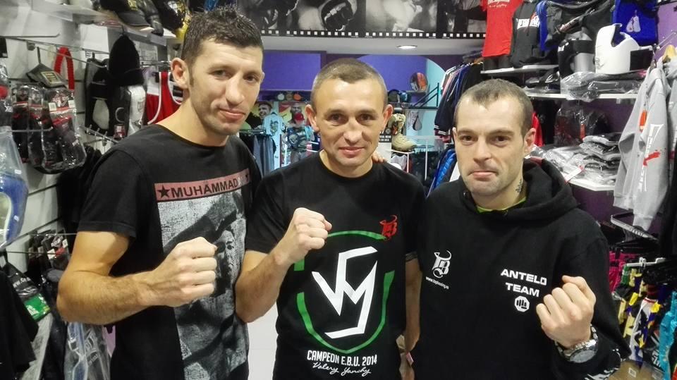 Moncho Miras posa con otras dos figuras del boxeo: Yanchy y Zapata. ¡ vaya trío de ases ! foto Topboxing