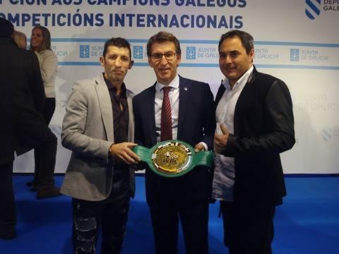 El Presidente Nuñez Feijoo recibió a los deportistas que alcanzaron entorchados internacionales. En la imagen, con Juan Zapata y su manager Chano Planas presentando el Cinturón Mundial Hispano del WBC. foto Promosport.