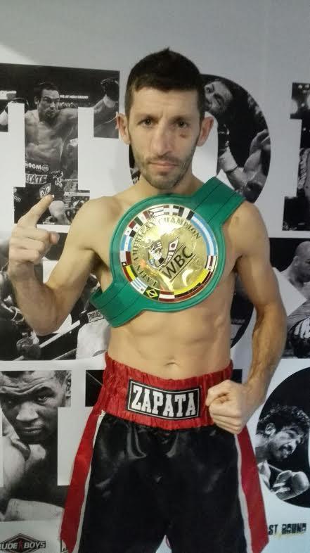 """Juan """"Boom Boom"""" Zapata posando en TopBoxing con el Cinturón Latino del WBC. En su rostro sew puede apreciar una huella del épico combate que le valió el prediado galardón."""