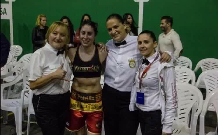 ALICIA LÓPEZ ÁLVAREZ con sus colegas EVA SÁNCHEZ Y SONIA FERNÁNDEZ con la boxeadora Marta Brañas.